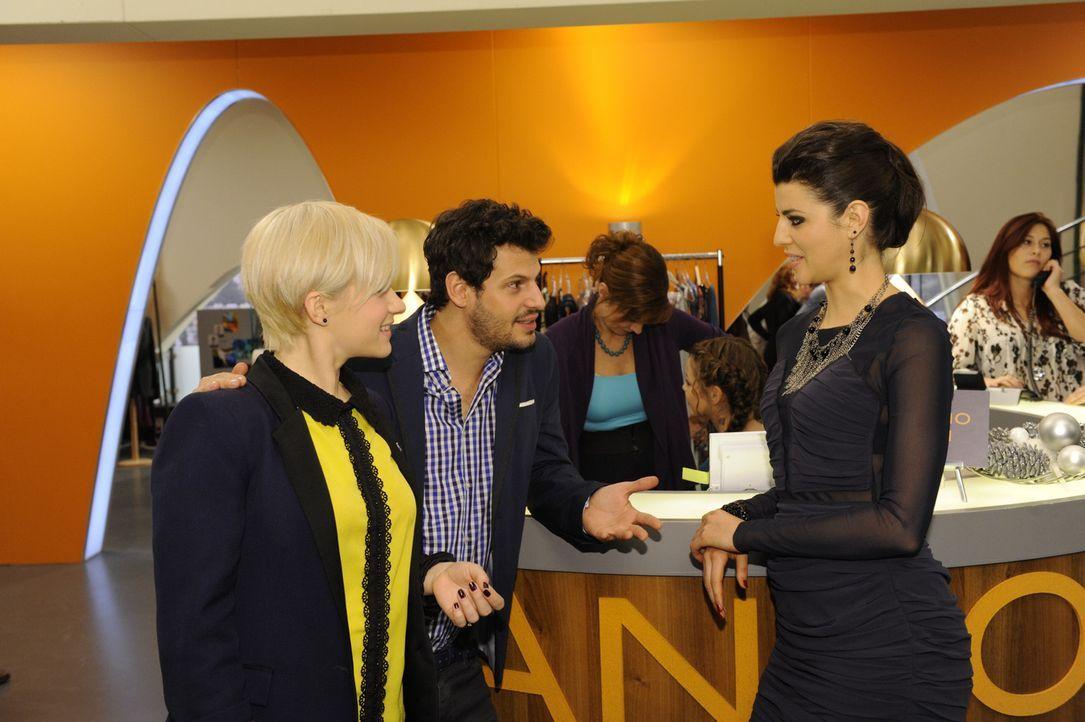 Olivia (Kasia Borek, l.) und Luca (Manuel Cortez, 2.v.l.) beauftragen Carla (Sarah Mühlhause) mit dem Hochzeitskleid ... - Bildquelle: SAT.1