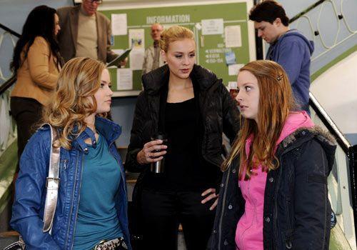 Caro ist von Alexandra dazu angestachelt worden, Lara als Nichte einer vermeintlichen Mörderin aus dem Volleyballteam zu mobben. Als Jenny sich auf... - Bildquelle: Christoph Assmann - Sat1