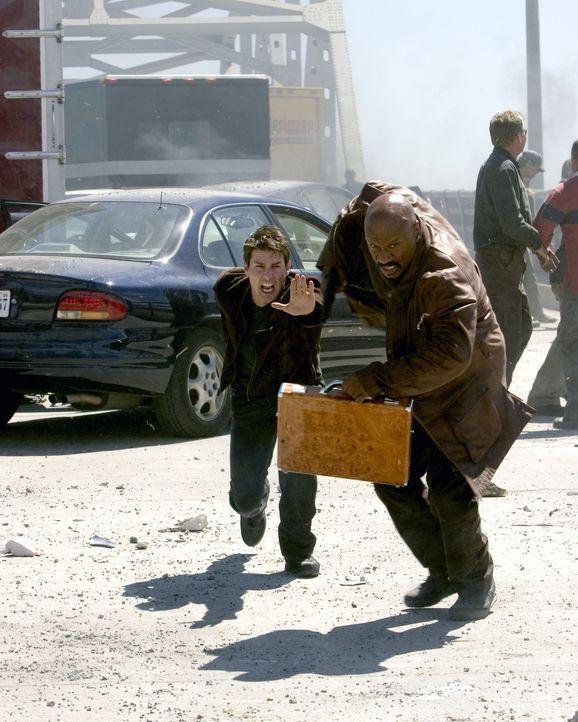 Gemeinsam mit dem Computerexperten Luther Stickell (Ving Rhames, r.) gelingt es Ethan Hunt (Tom Cruise, l.) im letzten Moment, Lindsey zu befreien.... - Bildquelle: 2005 by PARAMOUNT PICTURES. All Rights Reserved.