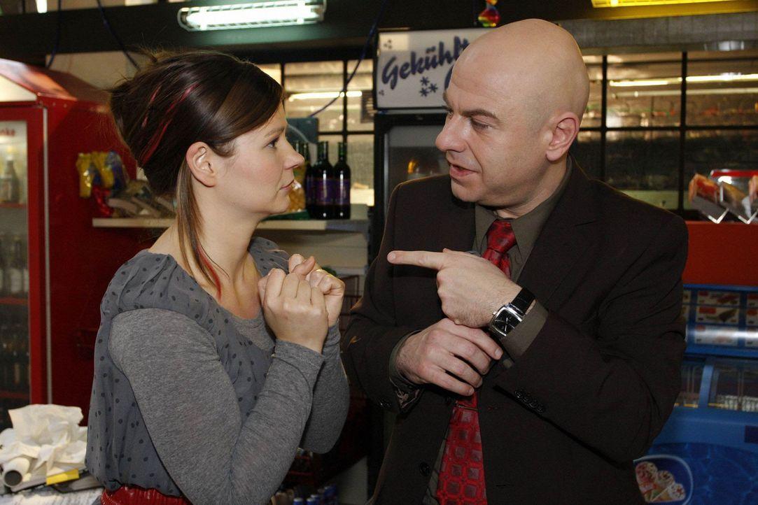 Im Streit um das einzige Blackberry wird Oliver (Prodromos Antoniadis, r.) und Eva (Anett Heilfort, l.) plötzlich klar, dass sie es sind, die die g... - Bildquelle: SAT.1