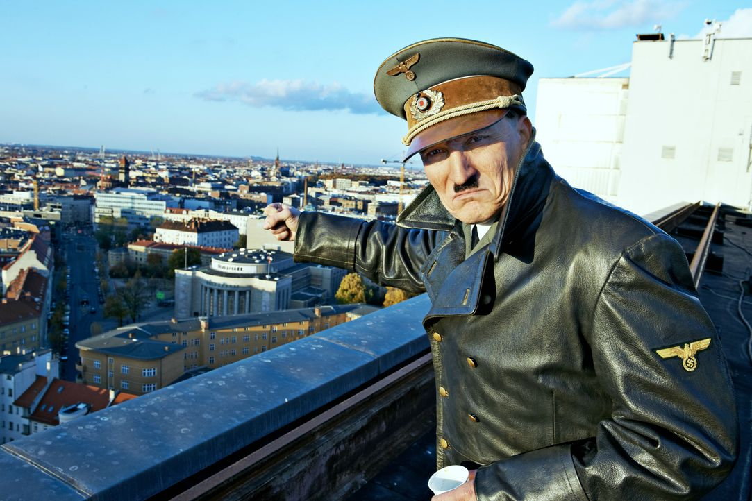 Adolf Hitler (Oliver Masucci) wacht beinahe 70 Jahre nach dem Ende des Zweiten Weltkrieges in Berlin auf. Wie wird die moderne Gesellschaft auf die... - Bildquelle: 2015 Constantin Film Verleih GmbH.