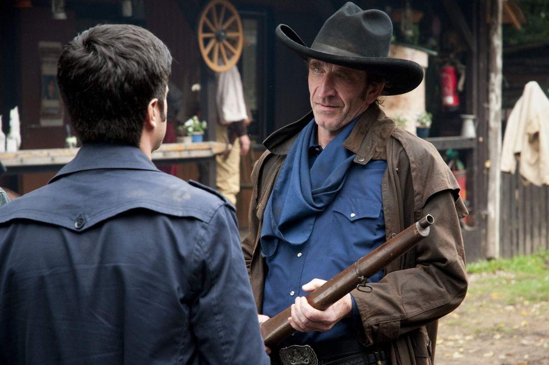 """Cowboy Tobias Henf (Jochen Nickel, r.) lebt nur für """"Lubbock Town"""". Andreas (Maximilian Grill, l.) kann diese Leidenschaft nur schwer verstehen, w - Bildquelle: SAT.1"""