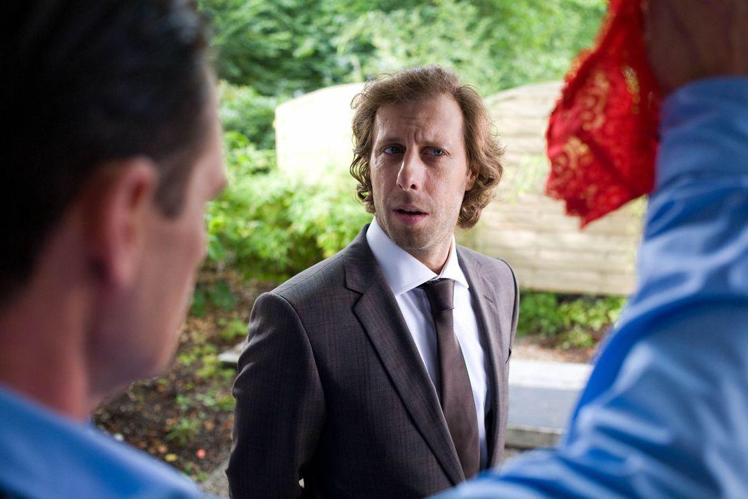 Zunächst kann und will Max' bester Freund Lutz (Oliver Korittke) nicht glauben, dass Nathalie fremd geht, doch als sich die Beweise häufen, ist er... - Bildquelle: Chris Hirschhäuser Sat.1
