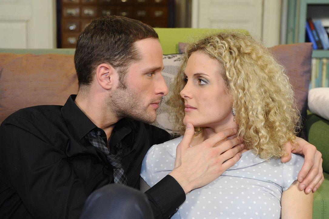 Maja (Barbara Lanz, r.) verfällt David (Lee Rychter, l.) aufs Neue ... - Bildquelle: SAT.1