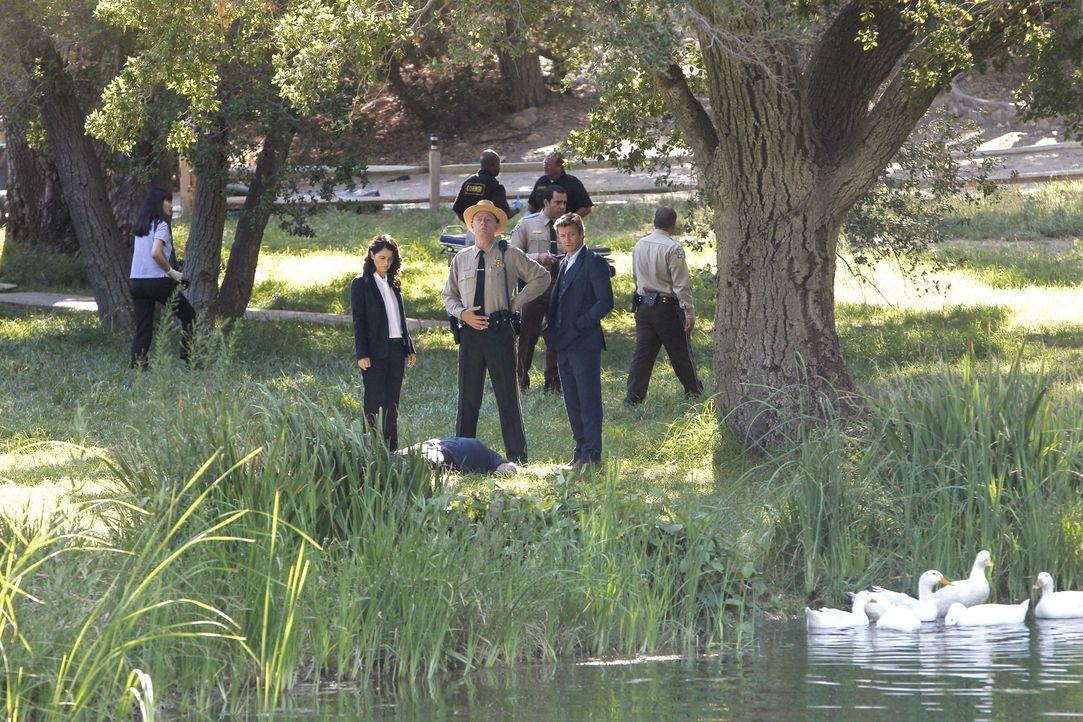 Ein neuer Mordfall beschäftigt Teresa Lisbon (Robin Tunney, vorne l.), Sheriff Thomas McAllister (Xander Berkeley, vorne M.) und Patrick Jane (Simo... - Bildquelle: Warner Bros. Television