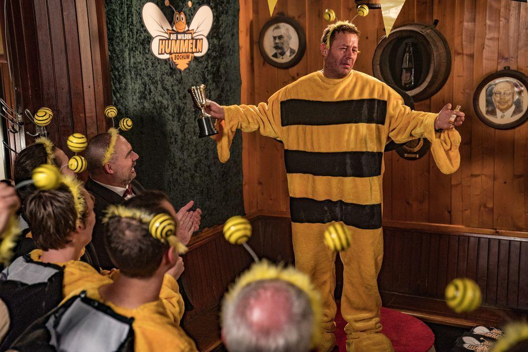 Die Partylaune vergeht dem Darts-Team, als ihr Präsident Steffens (Willi Herren) plötzlich an Wespengift stirbt ... - Bildquelle: Wolfgang Ennenbach SAT.1