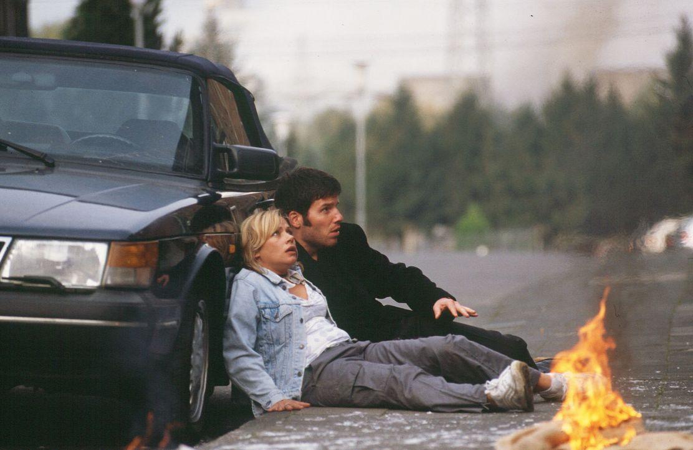 Franziska (Jennifer Nitsch, l.) und Treptow (Tim Bergmann, r.) sind nur knapp einem Anschlag entgangen. - Bildquelle: Sat.1