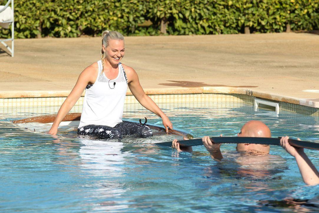 Trainerin Mareike Spaleck (l.) ahnt, dass Jan (r.) nicht mehr lange braucht und sie geht samt Ruderboot unter ... - Bildquelle: SAT.1/Enrique Cano