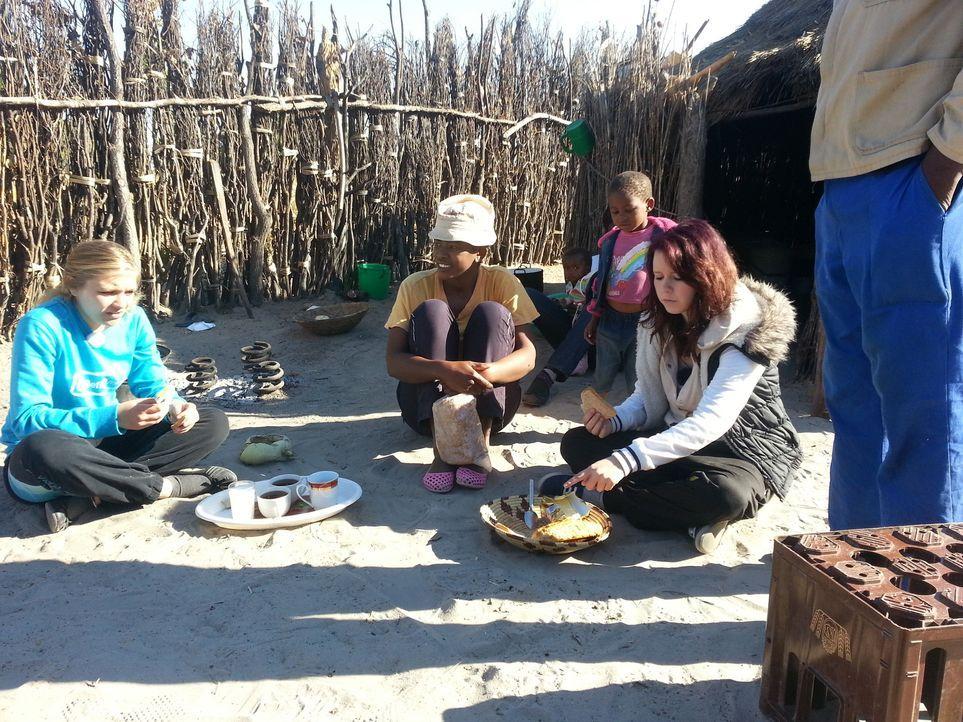 In Namibia bei Familie Kambalas bekommen Jaqueline (l.) und Selina (r.), die Chance ihr Leben zu verändern. Doch werden sie diese nutzen? - Bildquelle: SAT.1