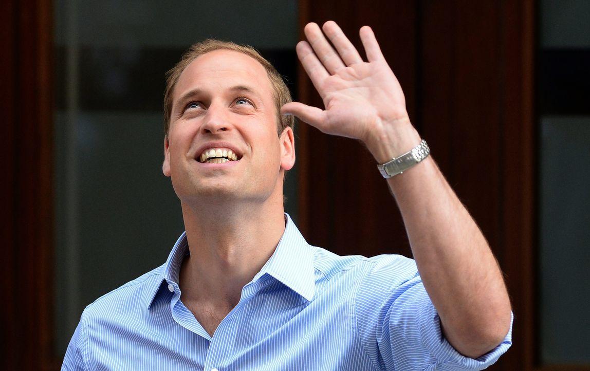 Prinz William begrüßt die Wartenden vor dem Krankenhaus - Bildquelle: +++(c) dpa - Bildfunk+++ Verwendung nur in Deutschland