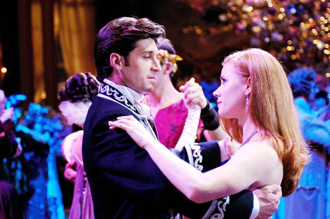 Märchenprinzessin Giselle (Amy Adams, r.) wollte eigentlich nichts anderes, als ihren Traumprinzen Edward zu heiraten. Doch dann wird sie von der b... - Bildquelle: Disney. All rights reserved