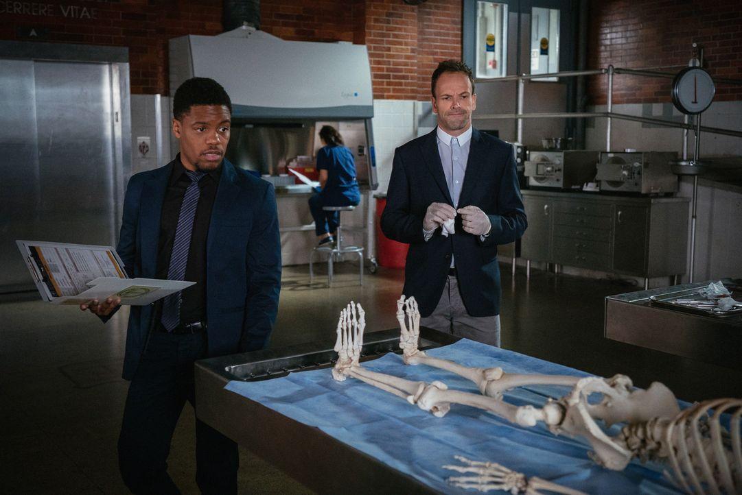 Bell (Jon Michael Hill, l.) und Holmes (Jonny Lee Miller, r.) ermitteln im Fall einer ermordeten Technikerin in einem Fruchtbarkeitslabor ... - Bildquelle: Michael Parmelee 2015 CBS Broadcasting Inc. All Rights Reserved.