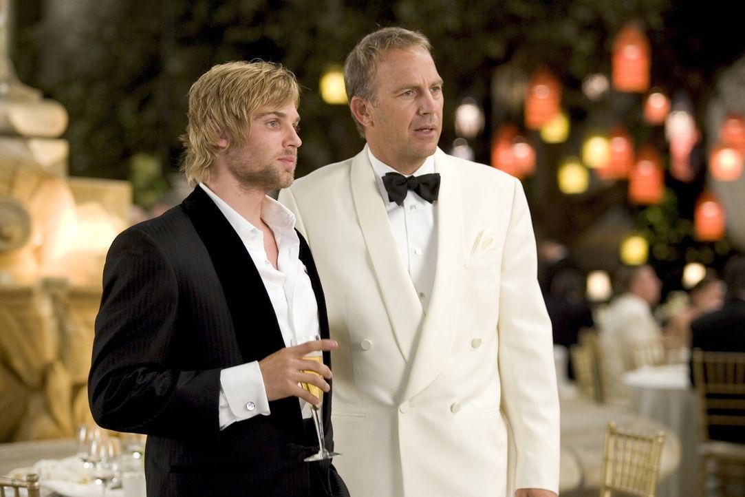 Beau Burroughs (Kevin Costner, r.) ist nicht nur selbst äußerst attraktiv, er hat auch einen charmanten Sohn: Blakes (Mike Vogel, l.) Auftauchen ver... - Bildquelle: Warner Bros. Pictures