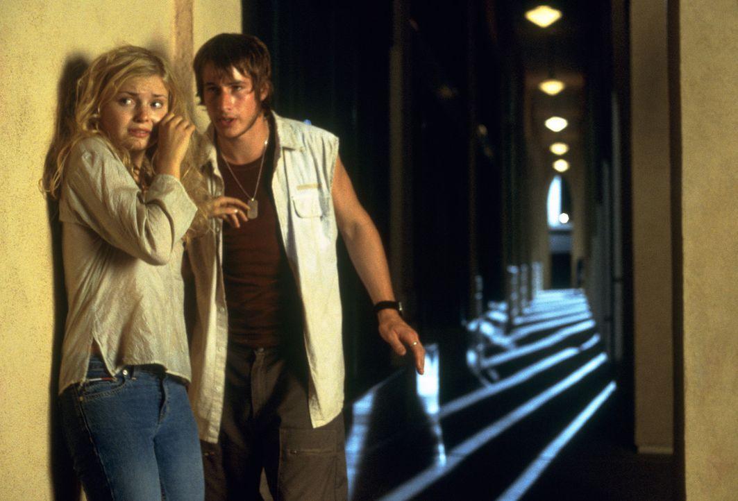 Haben einen Haufen blutrünstiger Vampire im Nacken sitzen: Megan (Izabella Miko, l.) und Sean (Kerr Smith, r.) ... - Bildquelle: 2003 Sony Pictures Television International. All Rights Reserved.