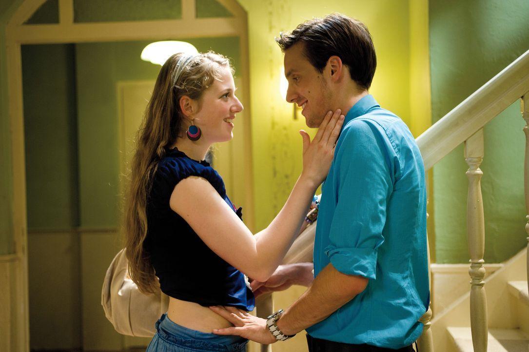 Eigentlich ist Kati (Henriette Nagel, l.) mit Tobi ja ganz glücklich, aber Robert (Dennis Herrmann, r.) ist eben älter und viel cooler ... - Bildquelle: Constantin Film Verleih GmbH