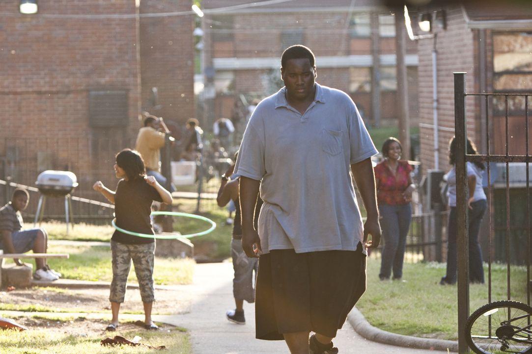 Niemand traut dem obdachlosen Jugendlichen Michael Oher (Quinton Aaron) etwas zu - bis er auf  Leigh Anne Tuohy trifft ... - Bildquelle: Warner Brothers