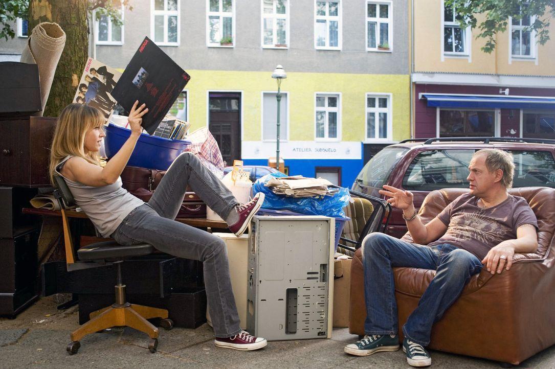 Carlo (Uwe Ochsenknecht, r.) hilft Ellen (Anica Dobra, l.) beim Ausmisten. - Bildquelle: Sat.1