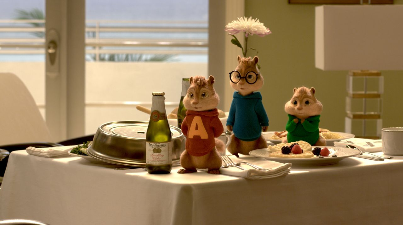 Gönnen sich die frechen Streifenhörnchen (v.l.n.r.) Alvin , Simon und Theodore einen Zimmerservice auf ihrer ereignisreichen Reise nach Miami? - Bildquelle: 2015 Twentieth Century Fox Film Corporation.  All rights reserved.  Alvin and the Chipmunks, the Chipettes and Characters TM &   2015 Bagdasarian Pr