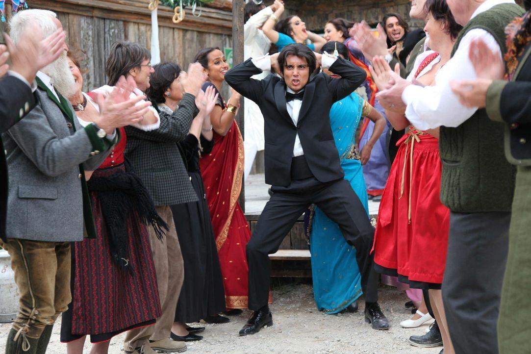Als das bunte Bollywood-Team mit seinem Star Amit (Omar El-Saeidi, M.) in das kleine Bergdorf kommt, prallen sogleich zwei Kulturen aufeinander, die... - Bildquelle: SAT. 1