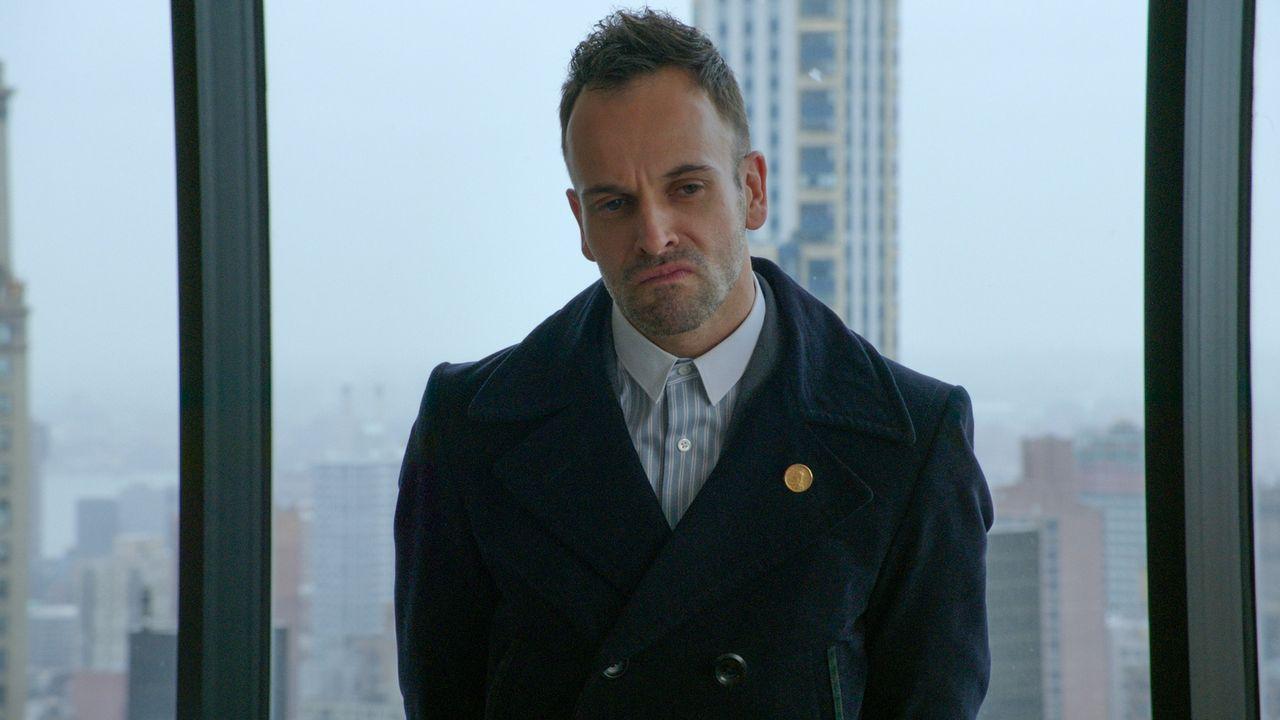 Sein neuer Fall wirft zahlreiche Fragen auf: Holmes (Jonny Lee Miller) ... - Bildquelle: CBS Television