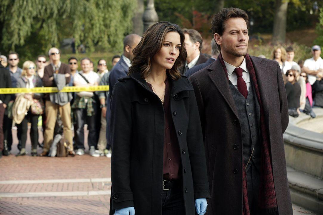 Die Spur des Mörders führt Dr. Henry Morgan (Ioan Gruffudd, l.) und Detective Jo Martinez (Alana de la Garza, r.) schon bald in eines von New Yorks... - Bildquelle: Warner Brothers