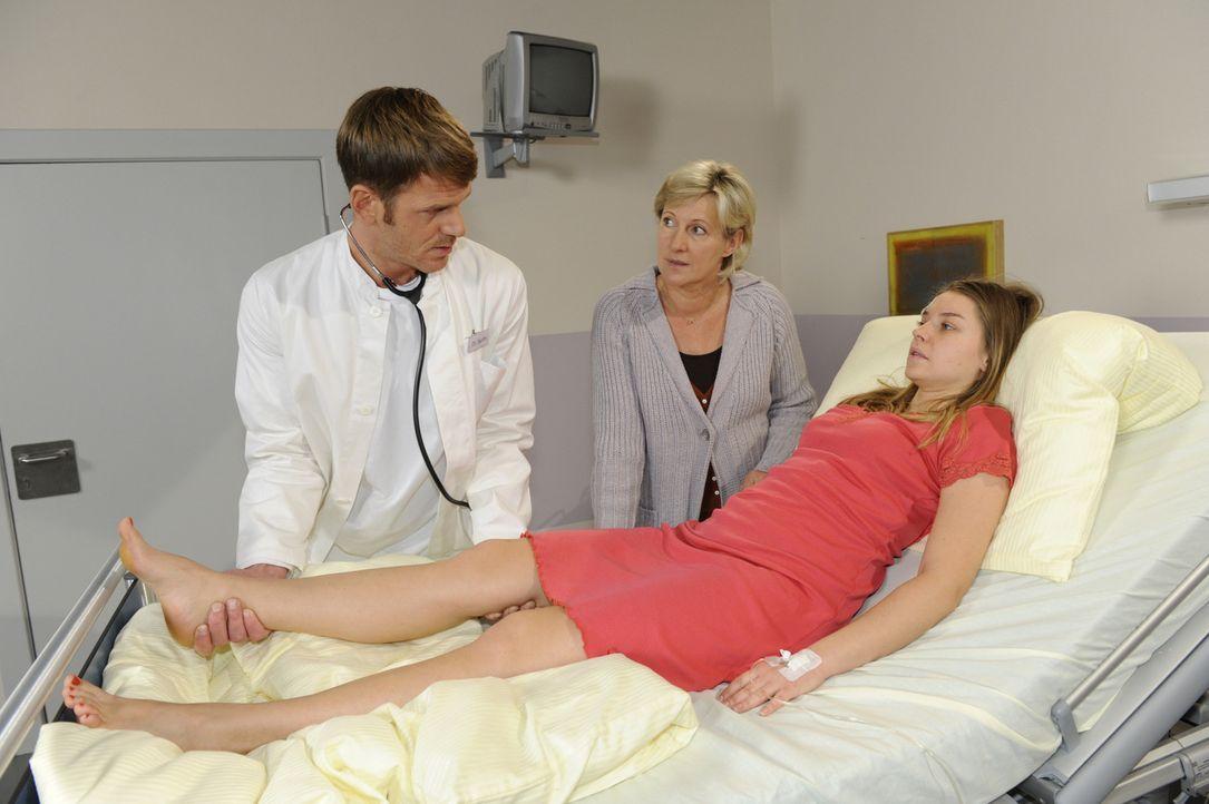 Dr. Jacobs (Roger Ditter, l.) hat schlechte Nachricht für Katja (Karolina Lodyga, r.) und Susanne (Heike Jonca, M.) ... - Bildquelle: SAT.1