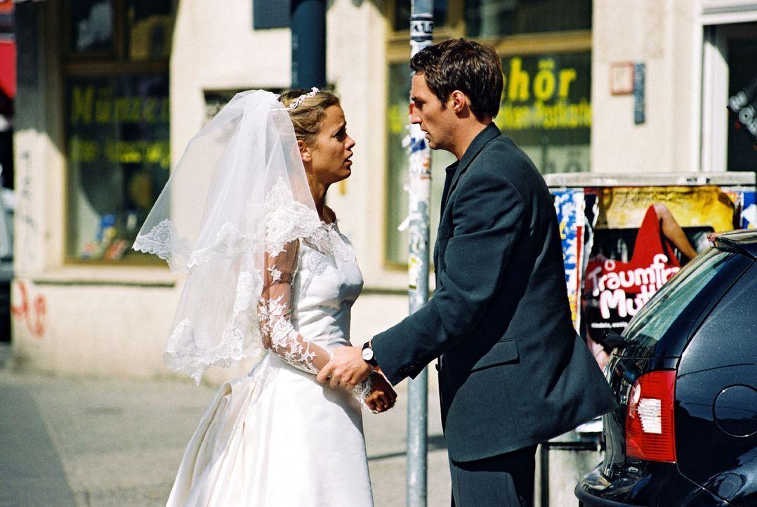 Hannes (Benjamin Sadler, r.) ist überrascht, Nina (Muriel Baumeister, l.) im Hochzeitskleid seiner Braut Karen zu sehen ... - Bildquelle: Sat.1