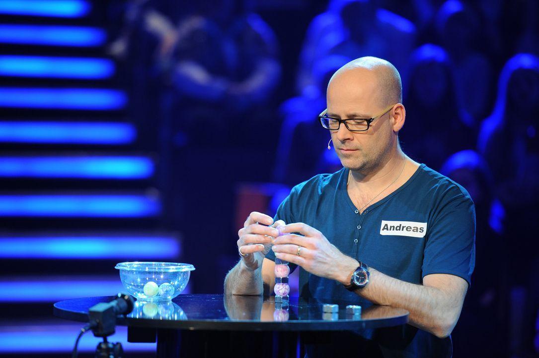 Seine Familie hofft, dass er das Spiel für sich entscheiden wird: Andreas Fritsch ... - Bildquelle: Willi Weber SAT.1