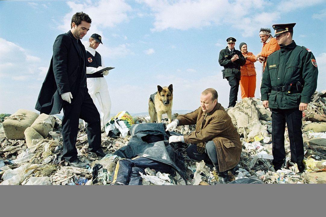 Marc (Alexander Pschill, l.) und Kunz (Martin Weinek, 2.v.r.) werden zu einer Mülldeponie gerufen. Unter den Abfällen wurde ein totes Kind gefunde... - Bildquelle: Sat.1