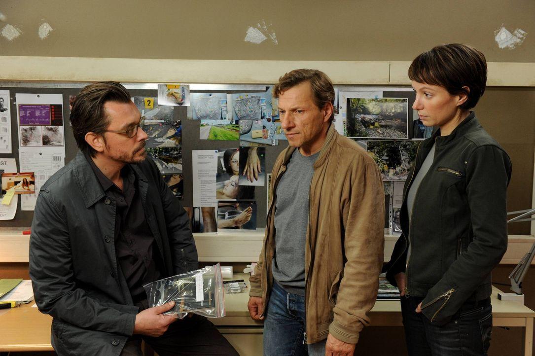 Kommissar Lenz (Hary Prinz, l.) und seine Assistentin Lisa (Julia Koschitz, r.) sind nicht gerade begeistert darüber, dass Alexandras Vater, Alfred... - Bildquelle: SAT. 1