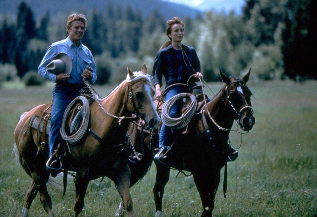 Der Pferdeflüsterer Tom Booker (Robert Redford, l.) verändert nicht nur das Leben von Annie MacLean (Kristin Scott-Thomas, r.) ? - Bildquelle: Touchstone Pictures