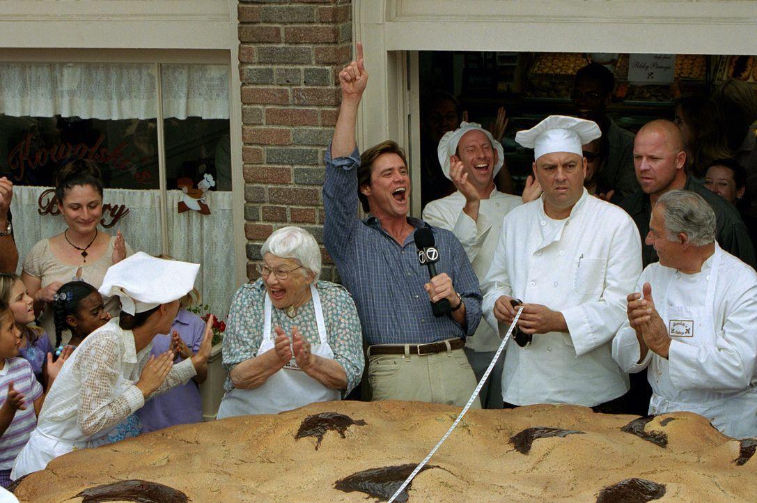 Bruce (Jim Carrey, M.) ist es leid, nicht ernstzunehmende Reportagen über den größten Keks der Stadt oder ähnliches zu machen. Er hofft auf den... - Bildquelle: 2003 Universal Studios. All rights reserved