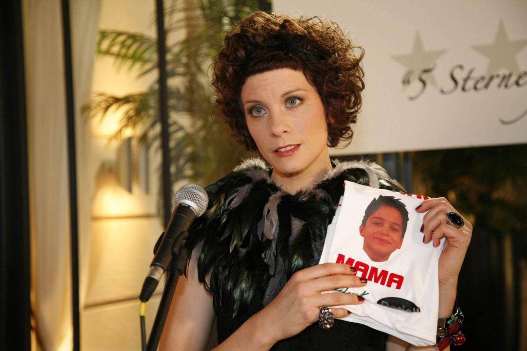 Beim Charity-Event im Hotel gibt es mächtig Stress: Emily Körner (Anna Schäfer) fabuliert sich ein Schauermärchen auf Kosten Daniels zusammen ... - Bildquelle: SAT.1