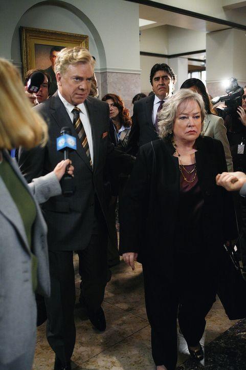Harry (Kathy Bates, r.) und Tommy (Christopher McDonald, l.) versuchen alles, um den Sanders-Fall (Alfred Molina, hinten M.) zu gewinnen ... - Bildquelle: Warner Bros. Television