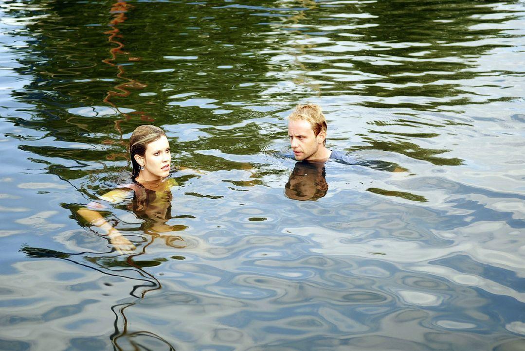 Bei ihrem Streit verlieren Jackie (Wolke Hegenbarth, l.) und Tom (Julian Weigend, r.) das Gleichgewicht. Mit einem großen Klatschen landen sie im W... - Bildquelle: Sat.1