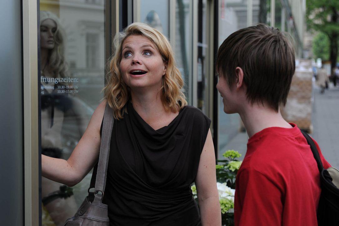 Seit dem Tode ihres Mannes erzieht Eva (Annette Frier, l.) ihren Sohn (Maximilian Waldmann, r.) alleine. Mit seinen 15 Jahren steckt Ben mitten in d... - Bildquelle: Sat.1