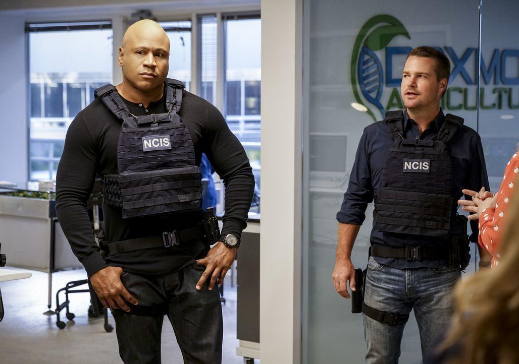 Machen sich bereit für den Einsatz, um die tödliche Biowaffe aufzuhalten: Sam (LL Cool J, l.) und Callen (Chris O'Donnell, r.) ... - Bildquelle: Erik Voake 2017 CBS Studios Inc. All Rights Reserved.