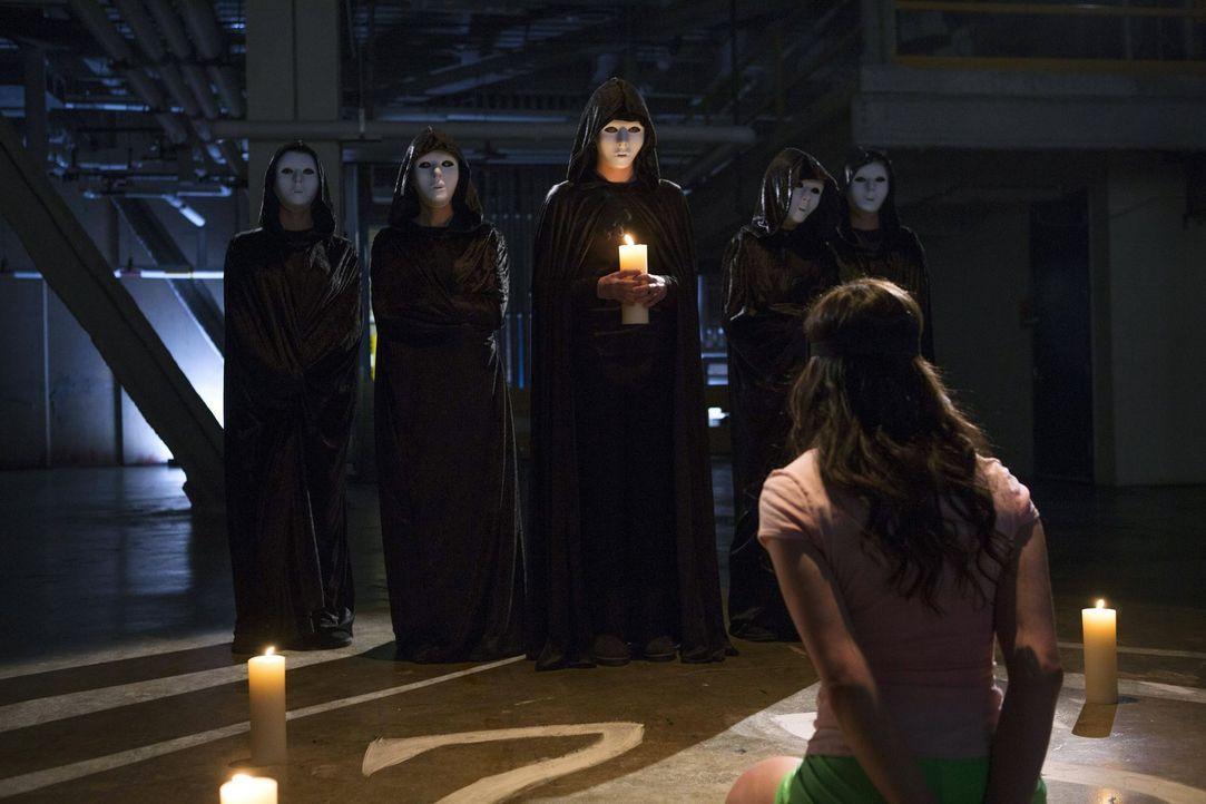 Als Caroline Adams (Annabel Barrett, vorne) tot aufgefunden wird, müssen Laura und ihre Kollegen mit den Ermittlungen beginnen, um den Mörder zu fas... - Bildquelle: Warner Bros. Entertainment, Inc.