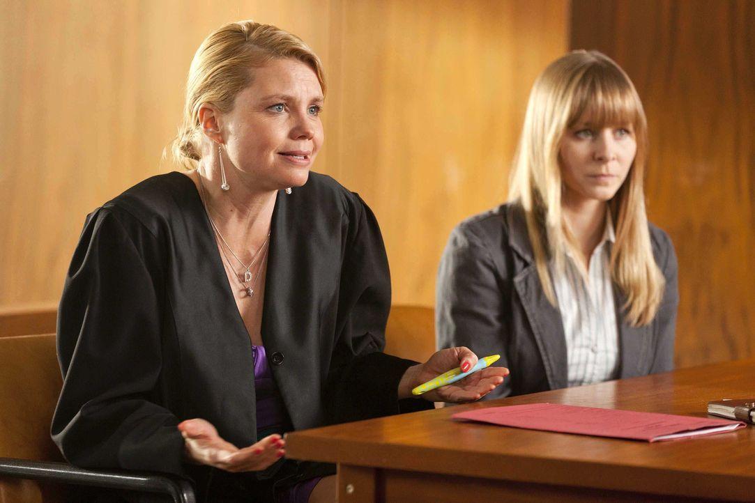 Während Danni (Annette Frier, l.) selbst in großen Schwierigkeiten steckt, muss sie sich um einen neue Mandantin (Jasmin Schwiers, r.) kümmern. D... - Bildquelle: Frank Dicks SAT.1