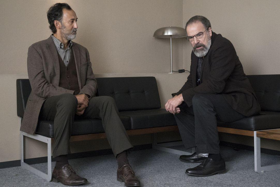 Saul (Mandy Patinkin, r.) versucht, über Faisal Marwan (Ercan Durmaz, l.) an Informationen zu gelangen. Doch dieses Verhör endet anders, als von Sau... - Bildquelle: Stephan Rabold 2015 Showtime Networks, Inc., a CBS Company. All rights reserved.