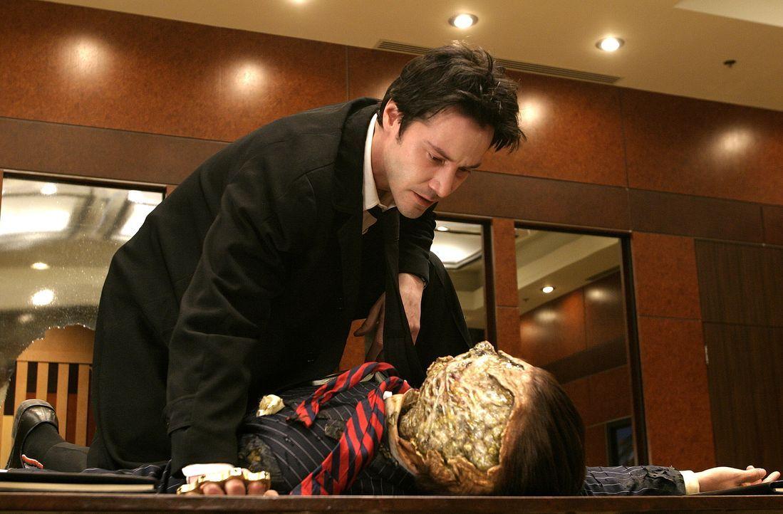 Der Halbdämon Balthasar (Gavin Rossdale, r.) gesteht Constantine (Keanu Reeves, l.), dass Luzifers Sohn Mammon an den Speer des Schicksals gelangen... - Bildquelle: Warner Brothers