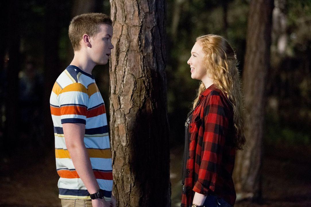 Als Kenny (Will Poulter, l.) die Tochter der Fitzgeralds, Melissa (Molly C. Quinn, r.), kennenlernt, trifft ihn Amors Pfeil direkt ins Herz. Doch un... - Bildquelle: 2013 Warner Brothers.  All rights reserved.