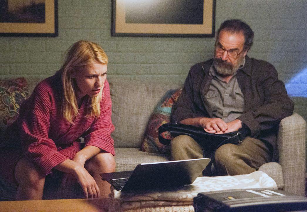 Saul (Mandy Patinkin, r.) ist aus Beirut zurückgekehrt und zeigt Carrie (Claire Danes, l.) das Video mit Nicholas' Eingeständnis, ein Terrorist zu... - Bildquelle: 20th Century Fox International Television