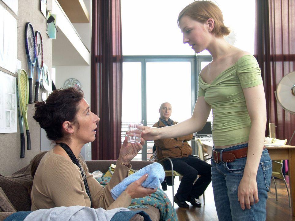 Noch ahnt Rebecca (Katharina Schüttler, r.) nicht, dass ihre zukünftige Schwiegermutter (Adele Neuhauser, l.) alles daran setzen wird, sie wieder lo... - Bildquelle: Volker Roloff ProSieben