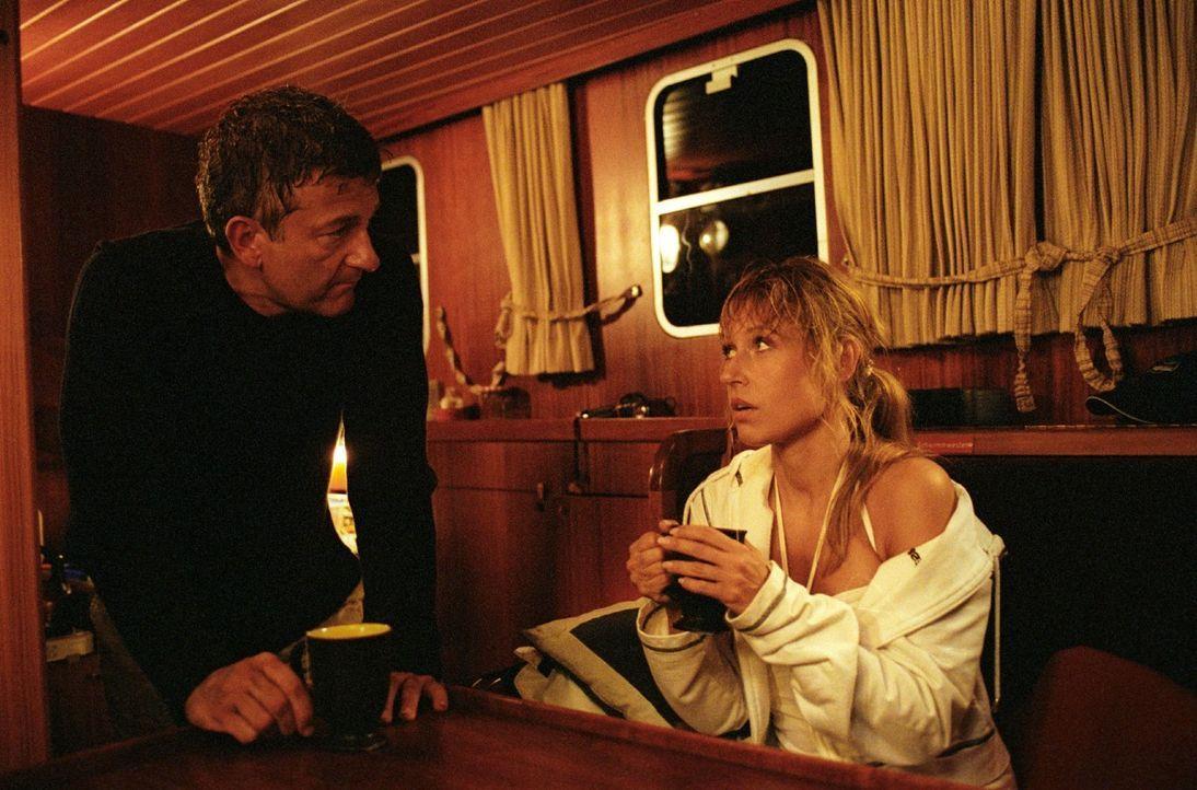Auf dem Hausboot kommen sich Jacky (Anica Dobra, r.) und Henry (Dominic Raacke, l.) endlich näher. - Bildquelle: Sat.1