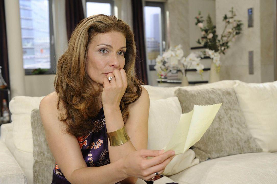 Natascha (Franziska Matthus) bricht unter dem Druck von Richards Enthüllung zusammen ... - Bildquelle: SAT.1