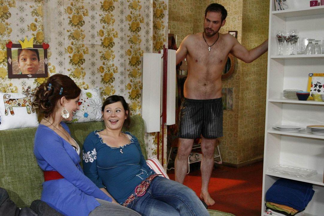 Eva (Anett Heilfort, M.) merkt, dass Manu (Marie Zielcke, l.) von ihrem Helfer Knut (Christian Feist, r.) sehr angetan ist ... - Bildquelle: SAT.1