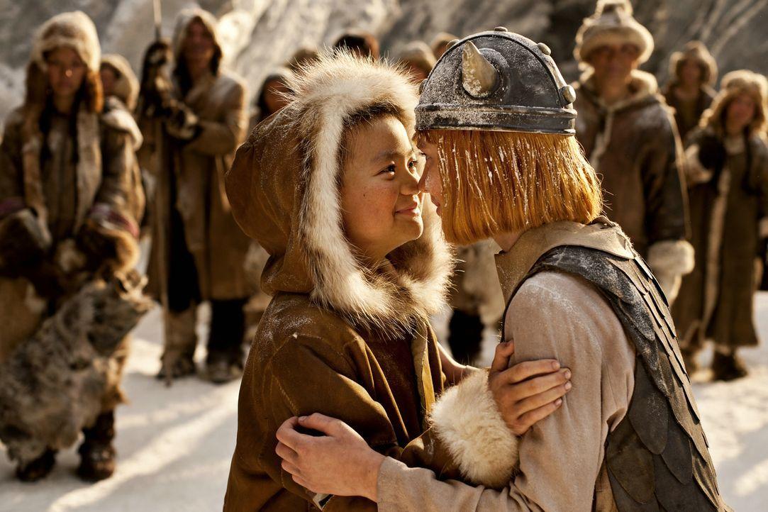 Auf seinem neuen Abenteuer begegnet Wickie (Jonas Hämmerle, r.) nicht nur dem Inuit Yogi  (Hoang Dang-Vu, l.), sondern muss auch kurzerhand das Komm... - Bildquelle: Constantin Film Verleih GmbH