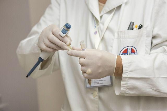 Arzt/Ärztin: durchschnittlich 6400 Euro brutto/Monat