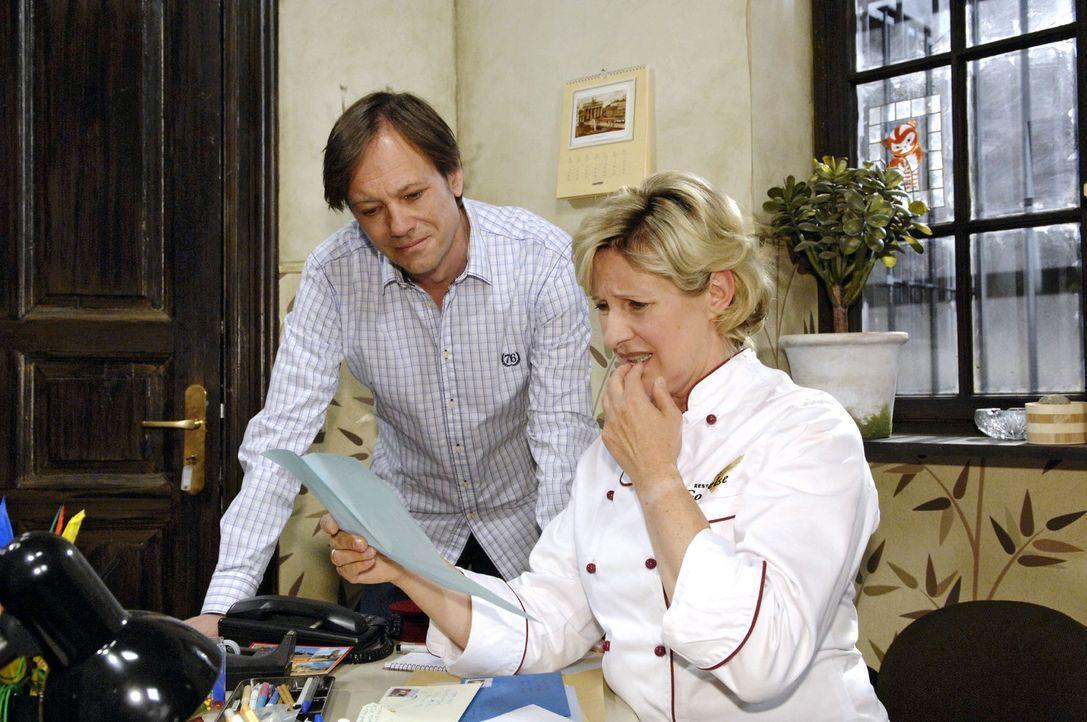 Susanne (Heike Jonca, r.) zeigt Armin (Rainer Will, l.) die ersten zweifelhaften Antworten auf die Kontaktanzeige für Paloma. - Bildquelle: Sat.1